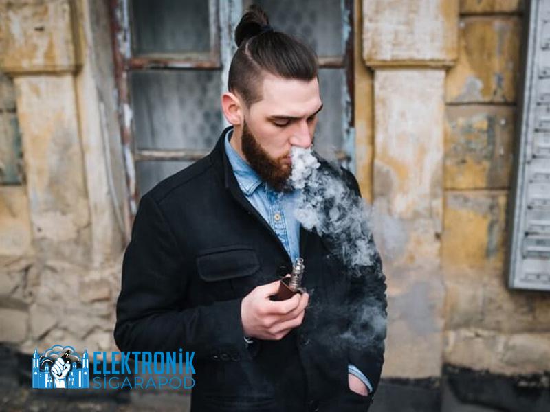 Elektronik Sigara İçen Genç Adam