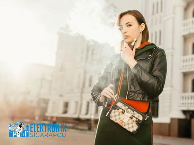 Elektronik Sigara İçici Kadın