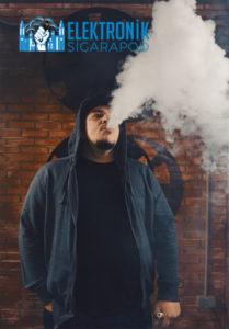 Elektronik Sigara Kullanan Adam