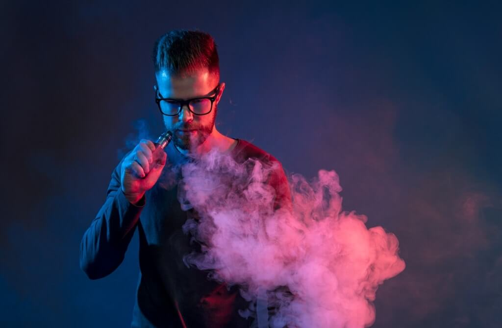 Elektronik Sigara Dumanı Çıkaran Adam