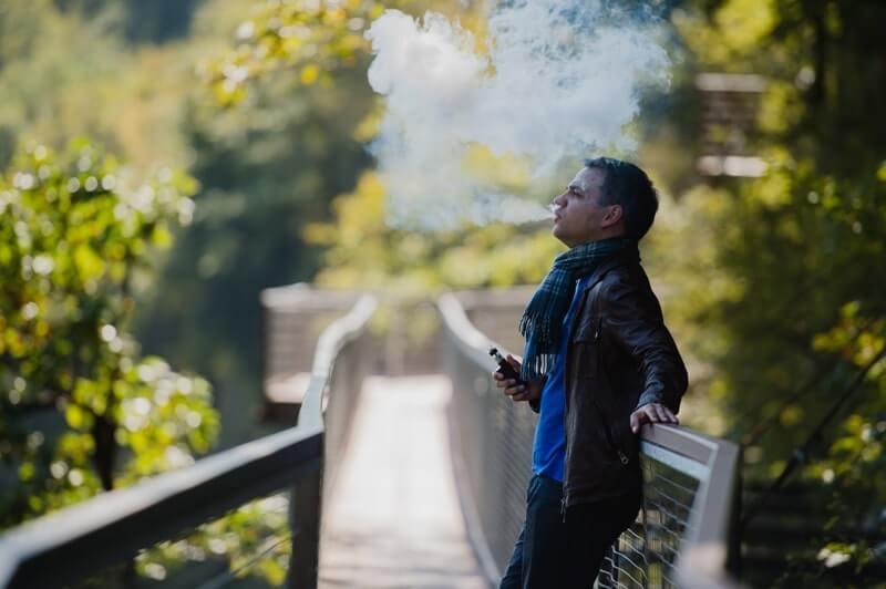 Elektronik sigara içen delikanlı