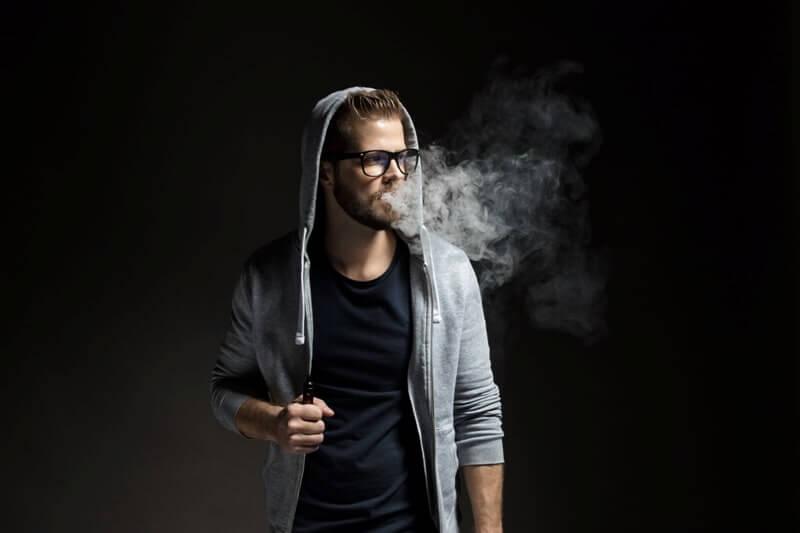 Elektronik sigara içen genç adam