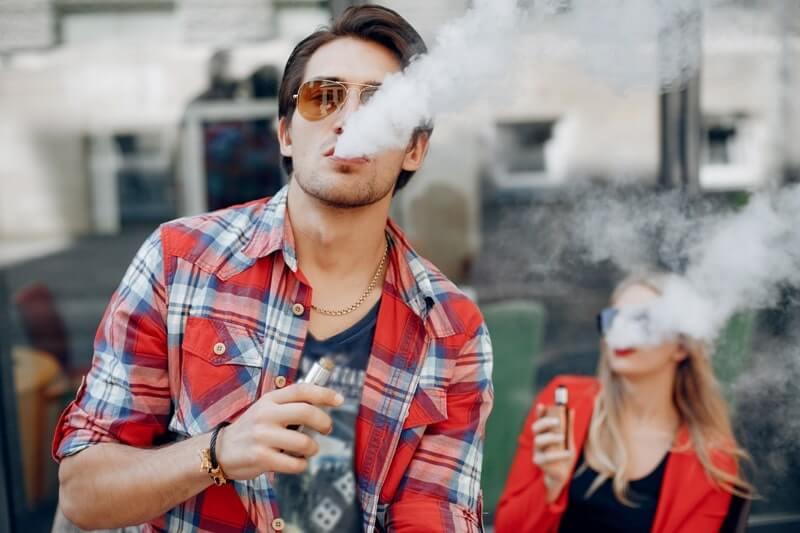 Elektronik sigara içen insanlar