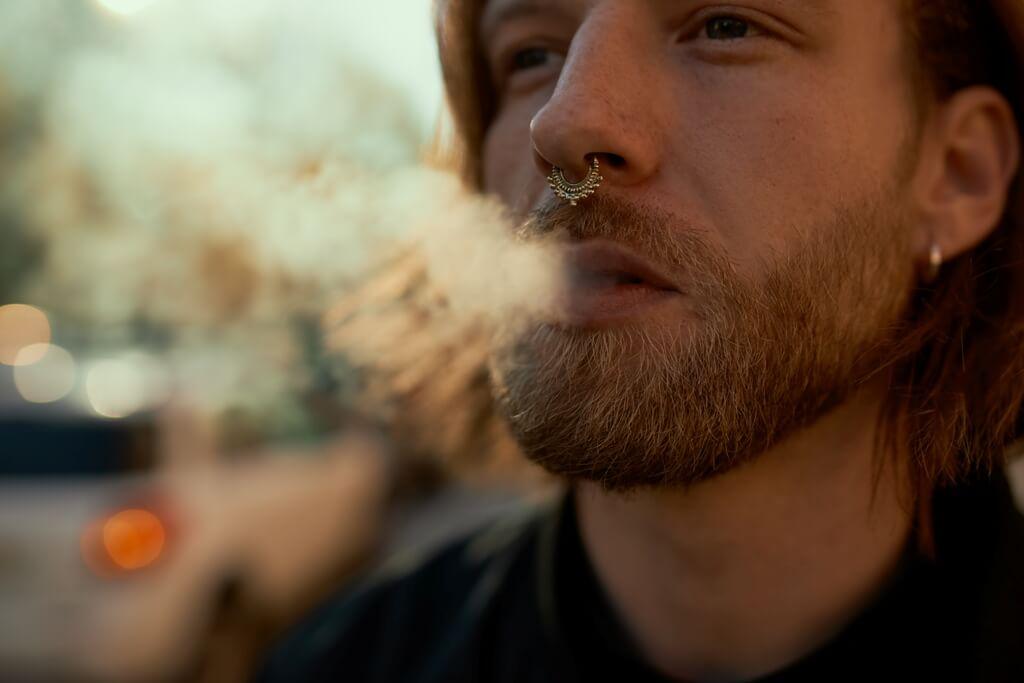 E sigara içen genç adam