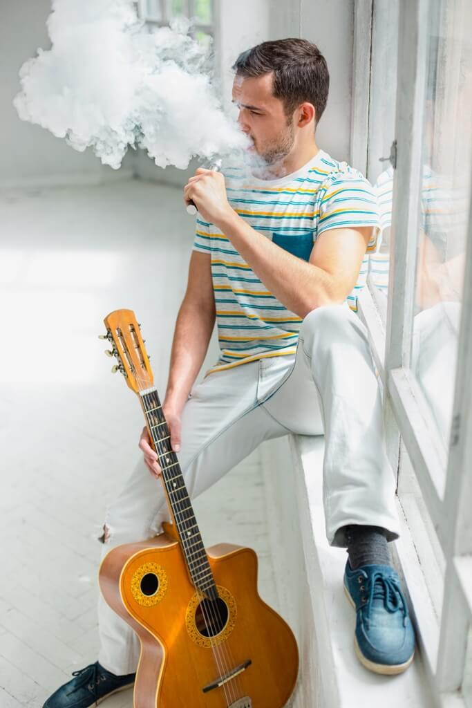 E sigara içen gitarist