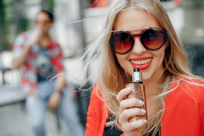 E-sigara ile sigarayı bırakan kadın