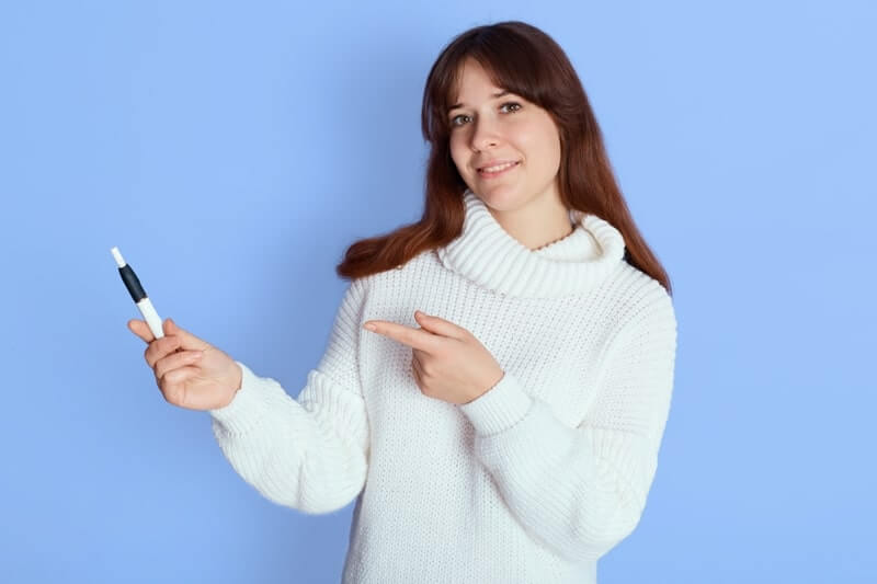 E sigara tanıtımı yapan kadın