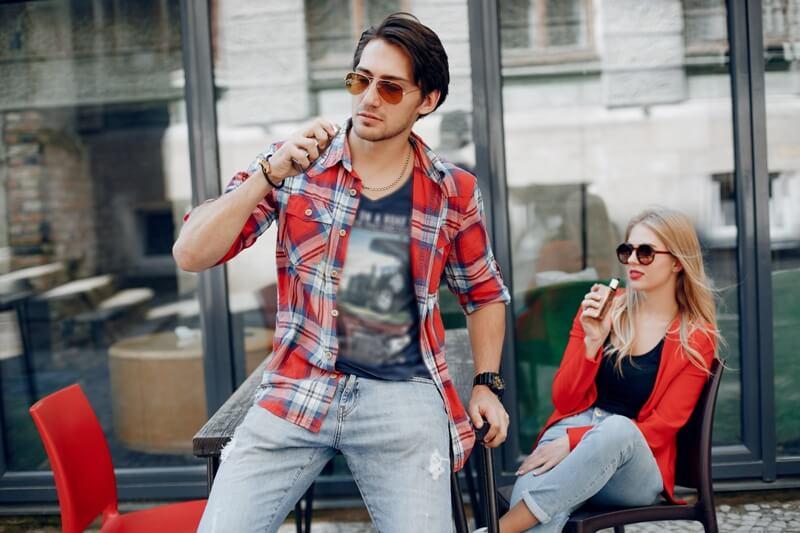 E-sigara içen erkek ve kadın