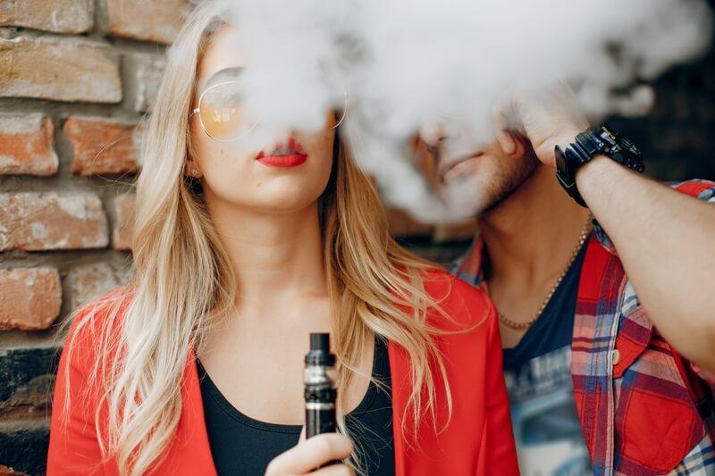 Kadın ve erkek e sigara içiyor