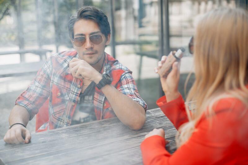Özgürce e sigara içen gençler